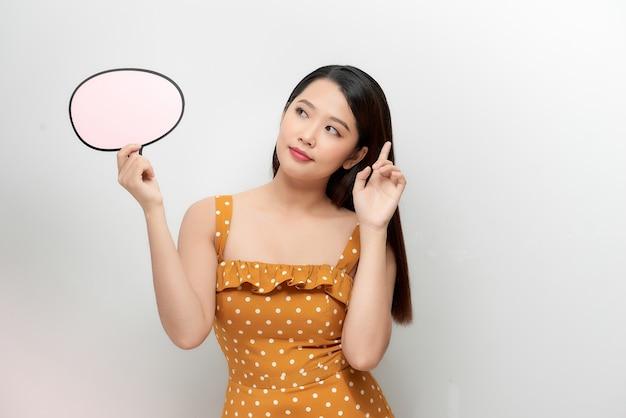 Jolie femme asiatique avec une boîte de message vide isolée sur fond blanc.