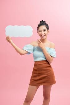Jolie femme asiatique avec une boîte de message vide