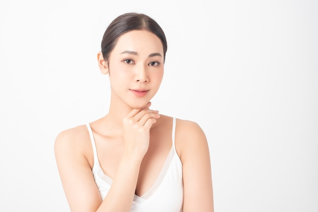 Jolie femme asiatique en bonne santé avec des soins de beauté