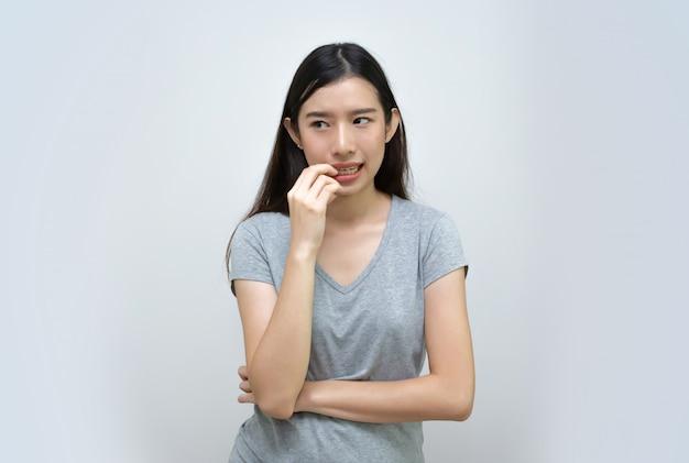 Jolie femme asiatique pensant isolée, belle jeune fille asiatique
