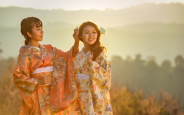 Jolie femme asiatique portant le kimono japonais traditionnel