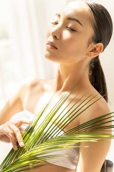 Jolie femme asiatique profite d'une journée ensoleillée