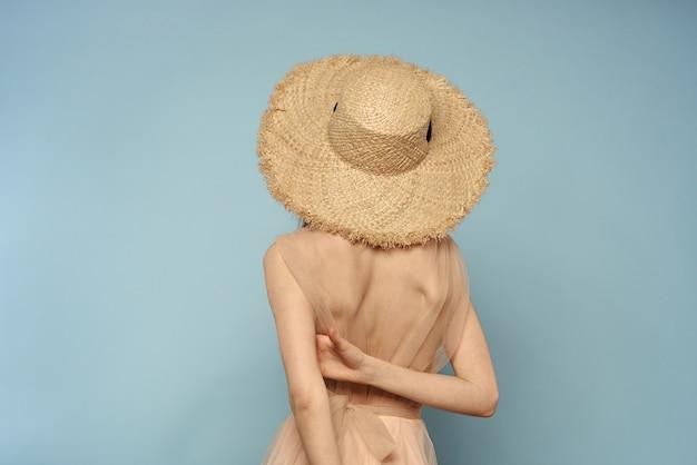 Jolie femme au chapeau de paille avec ruban noir isolé