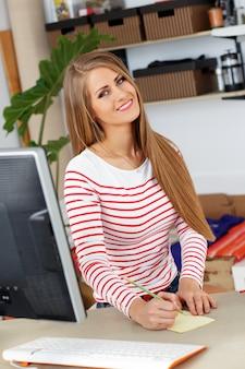 Jolie femme au travail