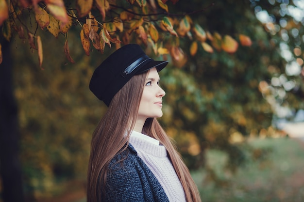Jolie femme en automne