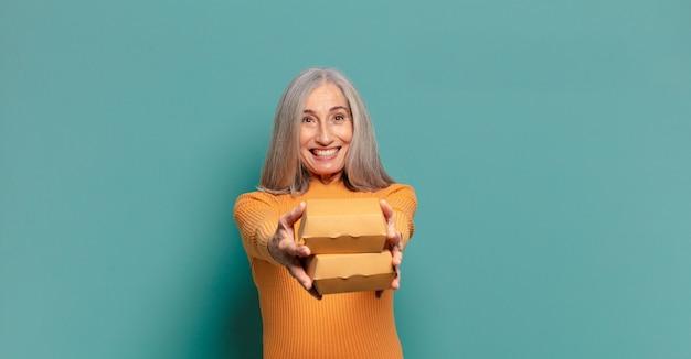 Jolie femme aux cheveux gris. concept de restauration rapide à emporter
