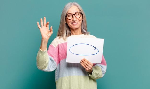 Jolie femme aux cheveux gris avec un espace de copie vide