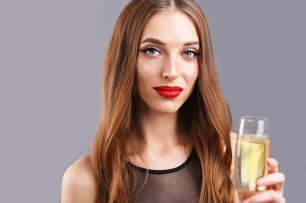 Jolie femme aux cheveux longs, boire du champagne
