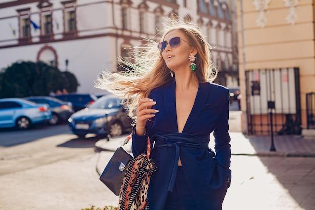 Jolie femme aux cheveux longs posant en ville