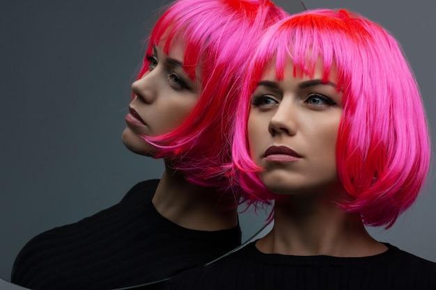 Jolie femme aux cheveux néon rose