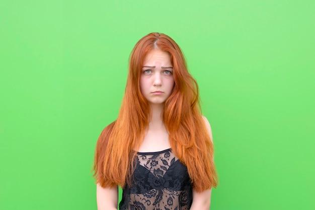 Jolie femme aux cheveux roux contrariée