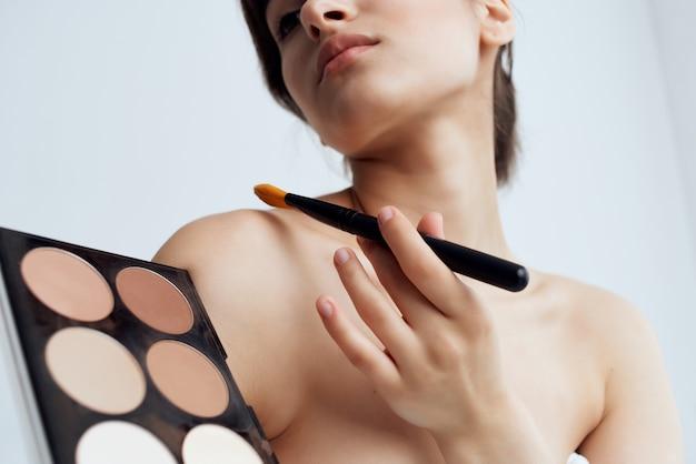 Jolie femme aux épaules nues crème soins de la peau santé