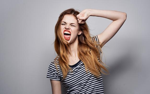 Jolie femme belle coiffure lèvres rouges glamour émotions studio.