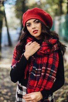Jolie femme en béret rouge