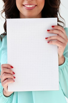 Jolie femme avec bloc-notes