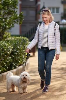Jolie femme blonde d'âge moyen et rue.