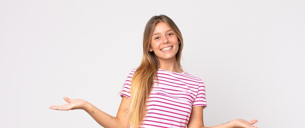 Jolie femme blonde à l'air heureuse, arrogante, fière et satisfaite, se sentant comme un numéro un