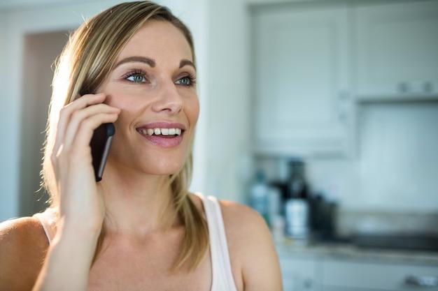 Jolie femme blonde au téléphone