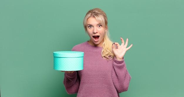 Jolie femme blonde avec une boîte-cadeau