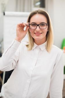 Jolie femme blonde dans une chemise au travail