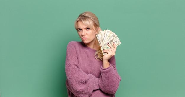 Jolie femme blonde avec des factures