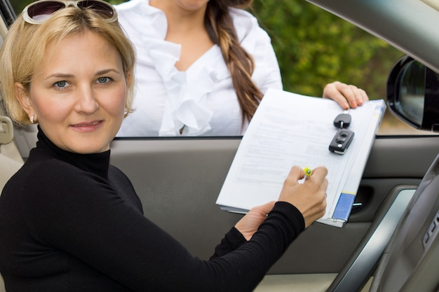 Jolie femme blonde mature l'achat d'une nouvelle voiture
