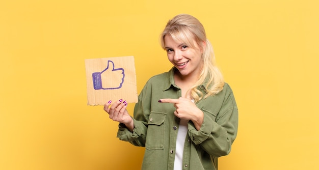 Jolie femme blonde avec un média social comme