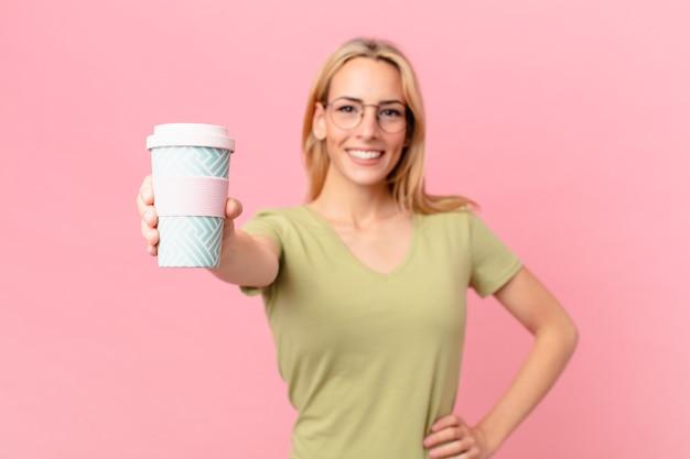Jolie femme blonde prenant un café