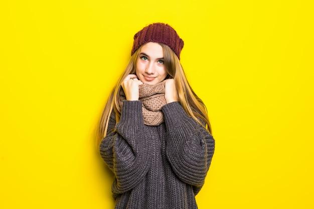 Jolie femme blonde en pull chaud est grippée et essaie de se réchauffer