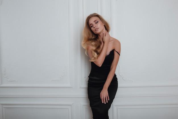 Jolie femme blonde en robe noire magnifique
