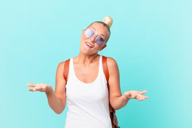 Jolie femme blonde se sentant extrêmement choquée et surprise. concept d'été