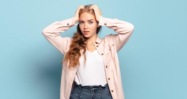 Jolie femme blonde se sentant frustrée et ennuyée, malade et fatiguée de l'échec, marre des tâches ennuyeuses et ennuyeuses