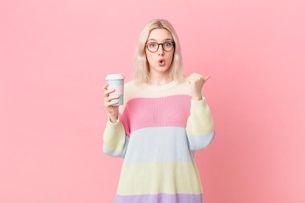 Jolie femme blonde semblant étonnée d'incrédulité. concept de café