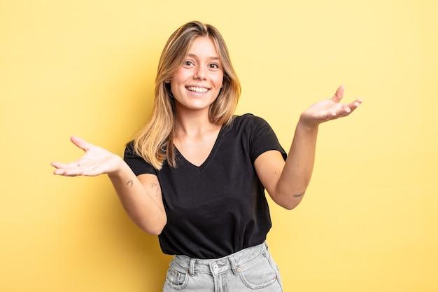 Jolie femme blonde souriante donnant un câlin de bienvenue chaleureux, amical et affectueux, se sentant heureuse et adorable