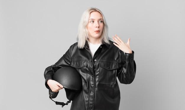 Jolie femme blonde stressée, anxieuse, fatiguée et frustrée. concept de motard