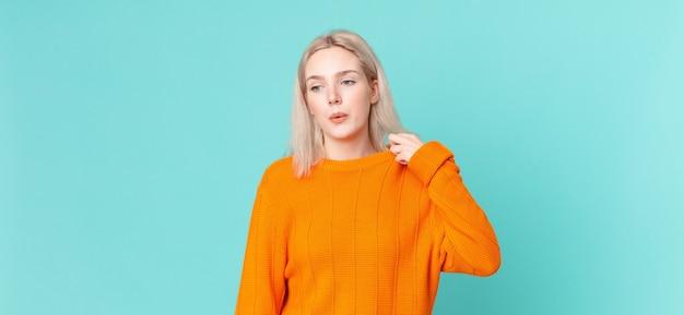 Jolie femme blonde stressée, anxieuse, fatiguée et frustrée
