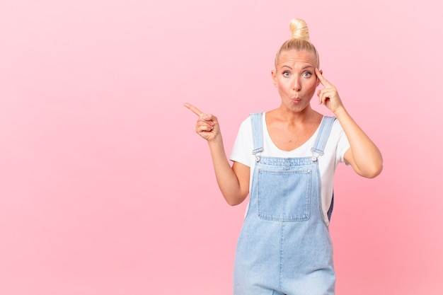 Jolie femme blonde à la surprise, réalisant une nouvelle pensée, idée ou concept