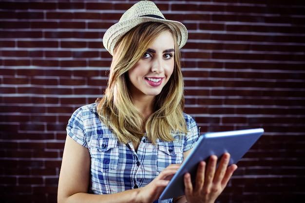 Jolie femme blonde avec tablette