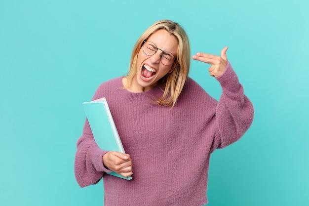 Jolie femme blonde tenant des livres. concept d'étudiant