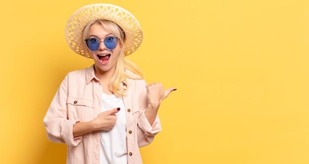 Jolie femme blonde en vacances avec un espace de copie