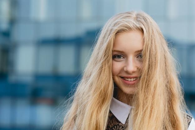 Jolie femme blondy sourit à l'extérieur