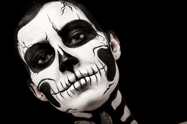 Jolie femme avec un body painting squelette