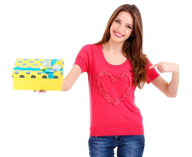 Jolie femme avec boîte-cadeau, sur blanc