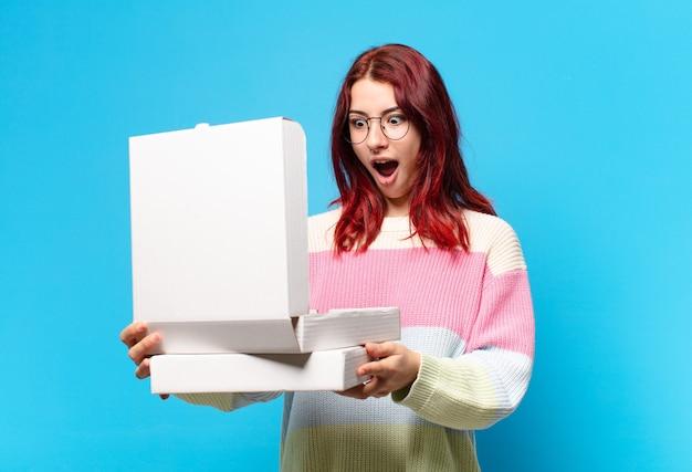 Jolie femme avec des boîtes à pizza à emporter