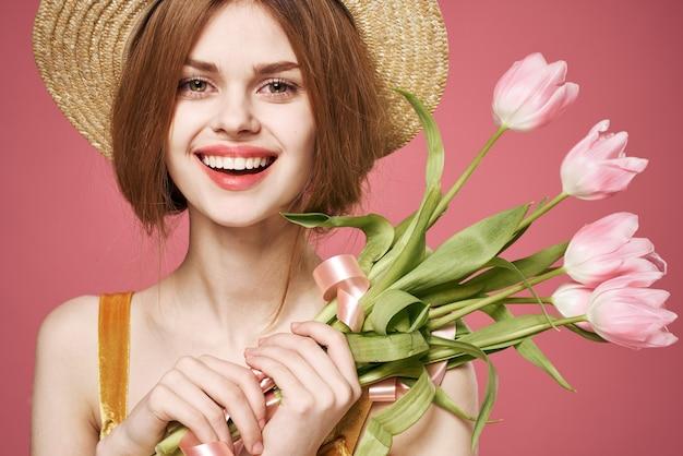 Jolie femme bouquet fleurs cadeau de vacances charme de la journée des femmes