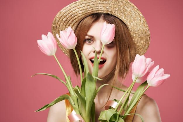 Jolie femme avec un bouquet de fleurs comme romance d'été de décoration de cadeau