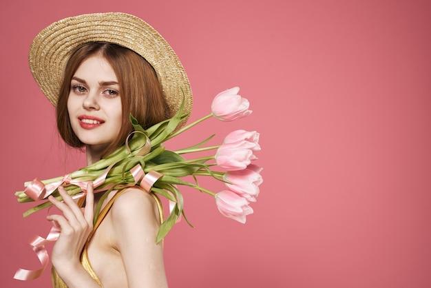 Jolie femme avec bouquet de fleurs modèle de mode de vie sourire