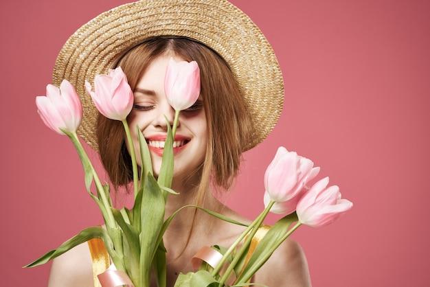 Jolie femme bouquet fleurs vacances cadeau jour des femmes charme fond rose. photo de haute qualité