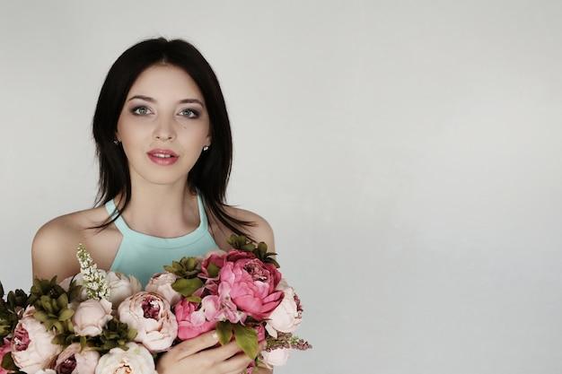 Jolie femme avec bouquet floral