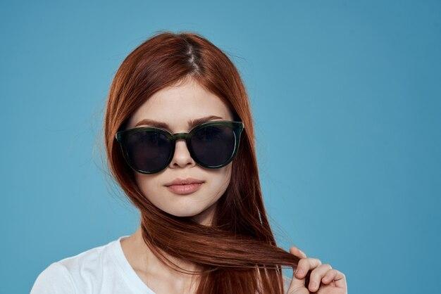 Jolie femme en breloque lunettes de soleil t-shirt blanc cheveux longs espace bleu